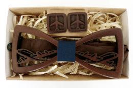 деревянная галстук бабочка и запонки самолет